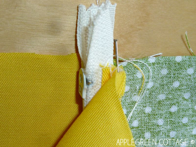 zippered pouch tutorial with a free pattern