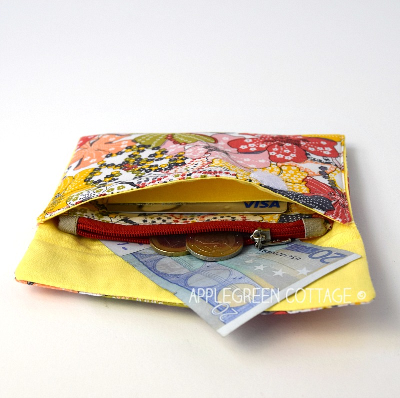 Free tutorial and pattern review - Sydney Mini Wallet by That's Sew Venice. Adorable. Cute. Fresh, unique. It has a zippered coin pouch, one card holder pocket, and two note compartments. No bulk. No excessive things to place in. One place for bills, the other one for today's coupons or your shopping list. Exactly what you need.